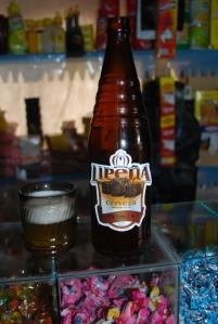 La bête, sur le comptoir d'une petite épicerie de l'altiplano
