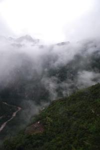 Voilà, ça veut se mettre tout en haut de la montagne pour faire son malin mais ça pense pas aux nuages !