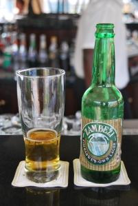 Au bar du luxueux Kingdom, a Victoria Falls