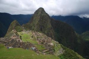 """Vue du site entier depuis la """"cabane du guardien"""". Au fond, le Wayna Picchu !"""