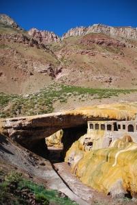 un pont naturel à l'entrée du parc de l'Aconcagua