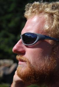 Faut pas regarder que le barbu mais aussi le reflet dans ses lunettes !