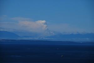 Le panache de fumée à l'horizon