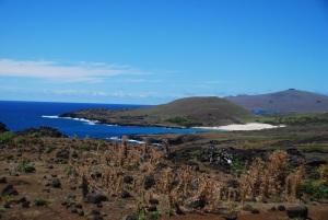 La plage d'Anakena, vue depuis l'intérieur des terres