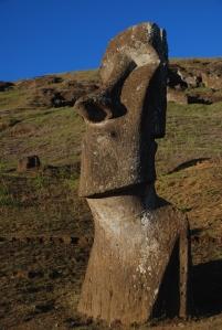 Petit jeu pour amuser tes amis : la partie émergée de ce moai fait au moins deux fois la taille de Vincent. Quelle est donc sa taille totale ?