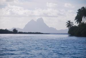 La silhouette de Bora Bora, depuis le lagon de Tahaa