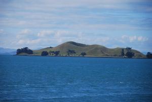 Un petit cône volcanique dans la baie d'Auckland
