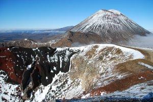 Le cratere rouge, toujours avec le cone parfait du Ngauruhoe en toile de fond