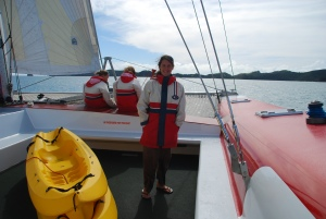 Audrey sur le pont du catamaran geant avec lequel on a parcouru la baie