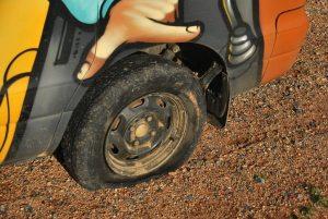 Ooooh, le premier pneu a plat (et pas qu'un peu). Heureusement, on n'etait pas trop loin de la civilisation...